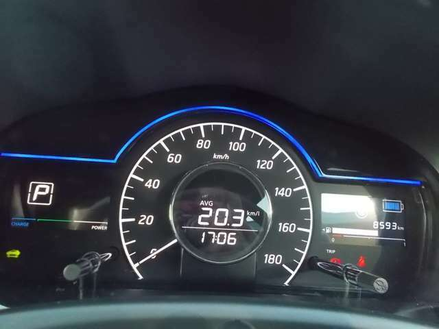 すっきりと見えやすくできているスピードメーターです。走行距離や燃費の情報を確認する事ができます。