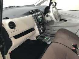 フロントシートはベンチシートなので路肩などに駐車をして助手席側から降りるときなどに便利です♪♪