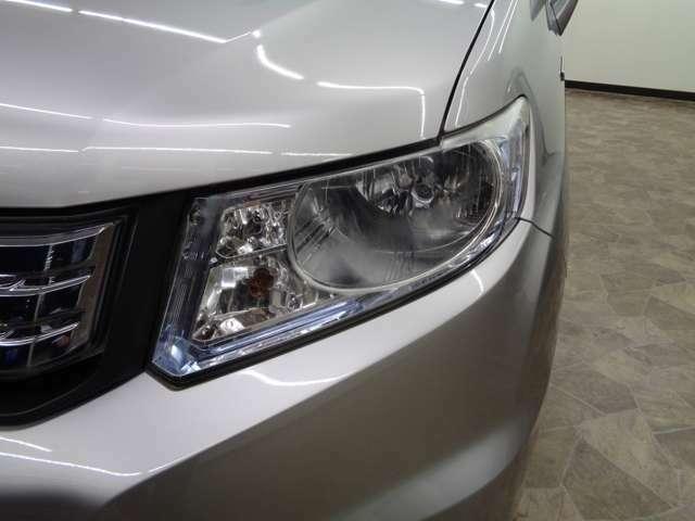 ディスチャージヘッドライトは、白色のとても明るいヘッドライトで、夜間の安全な走行をアシストします。