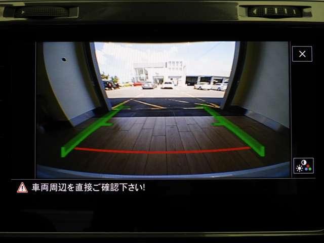 ☆リヤトラフィックアラート:駐車位置からバックで発進する際、リヤバンパーに内蔵されたレーダーセンサーにより車両後方の交通状況をモニタリングします。万が一の時には自動的にブレーキを作動させます☆