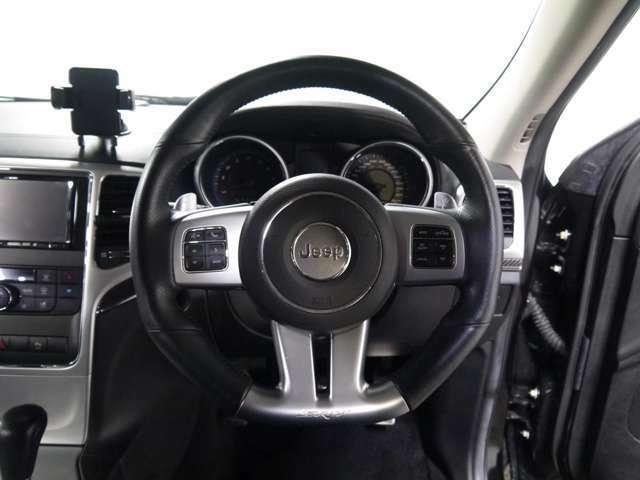 ステアリングスイッチやパドルシフトがついています。コーナーセンサーもついていますので安心して運転していただけます!