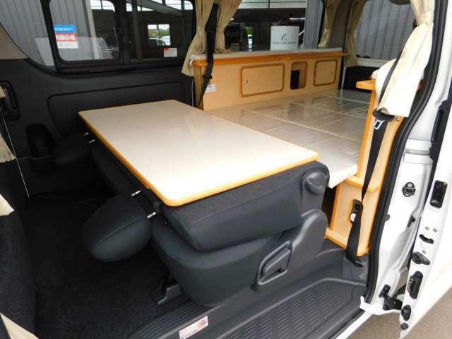 スーパーGL用リクライニングリアシート シートバックテーブルは取り外してベッド部分での使用も可能です。