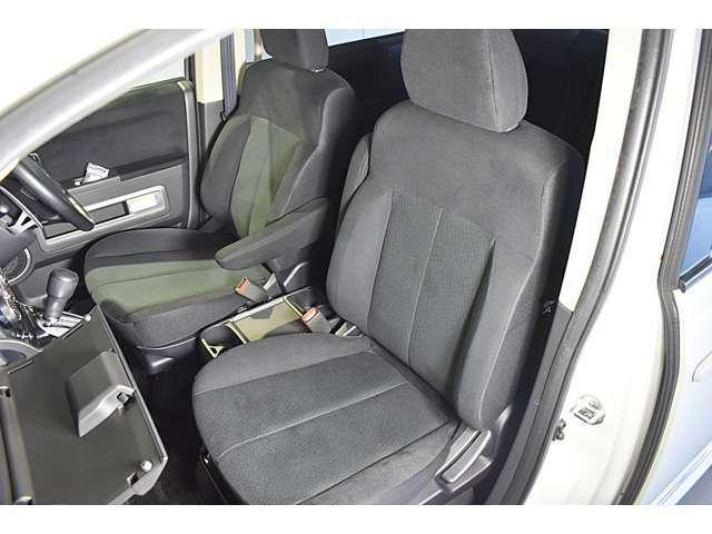 広くて見晴らしの良いフロントシート!落ち着いたダークグレーの内装です! 電動シート(運転席&助手席)・シートヒーター(運転席)装備(*^-^*)