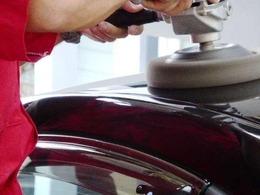 ボディパネルやレンズの隙間などの汚れを取り除き、ボディ表面に付着している鉄粉や油分などの異物をできる限り取り除きます。ボディ全体を丁寧に研磨して滑らかな状態にし、コーティングしていきます。