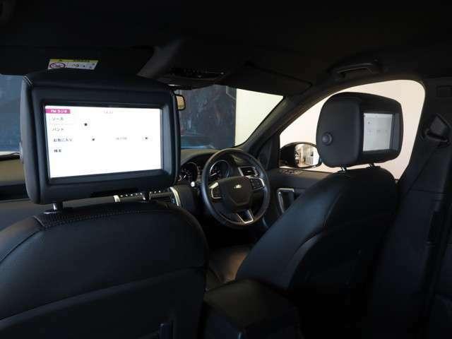 8インチリアシートエンターテイメントシステム「後席にはモニター2台を装備。BluetoothのヘッドホンをつけてTVなどの視聴が可能です。」