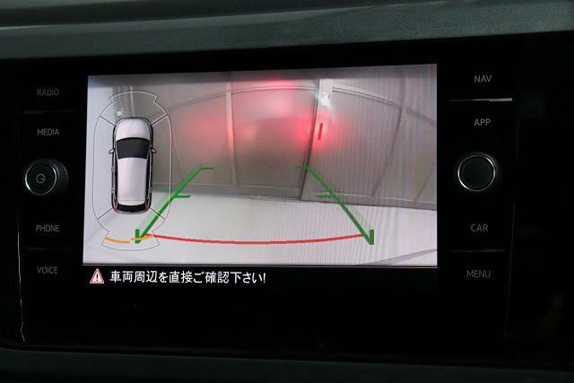 バックモニターには、ガイドラインが表示。クルマのまわりの障害物を確認できるセンサーも装備。