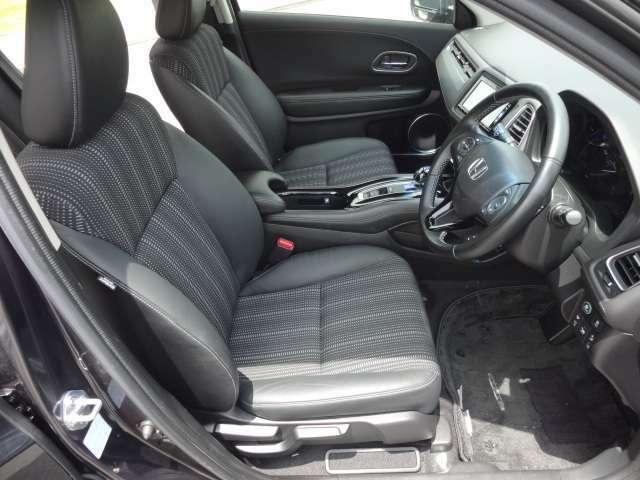 【運転席シート】 運転席はホールド感高いセパレートタイプ。アジャスト機能も充実した乗り心地高いシートです。