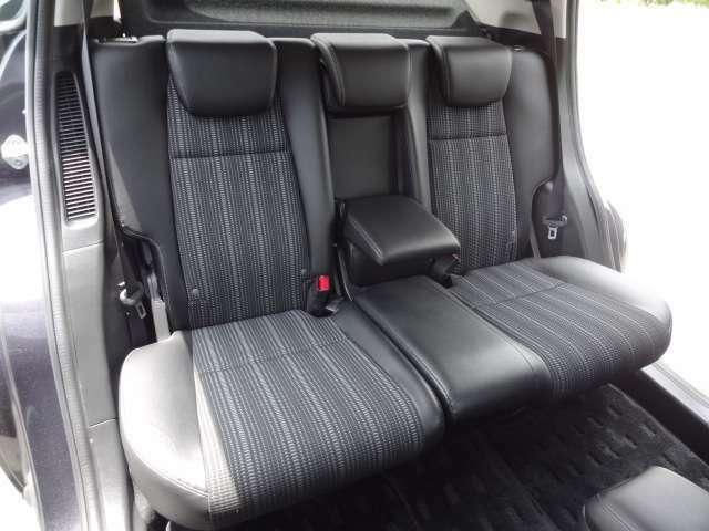 【2列目シート】 座席は、3人乗りのベンチシートタイプです。また、大容量の荷物を載せることが可能なシートアレンジも御座います。