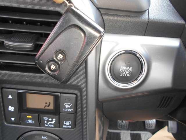 インテリジェントキー、エンジン始動も停止もボタンを押すだけでOK!危険防止のため必ずブレーキペダルを踏まないとエンジンはかかりませんのでご安心。