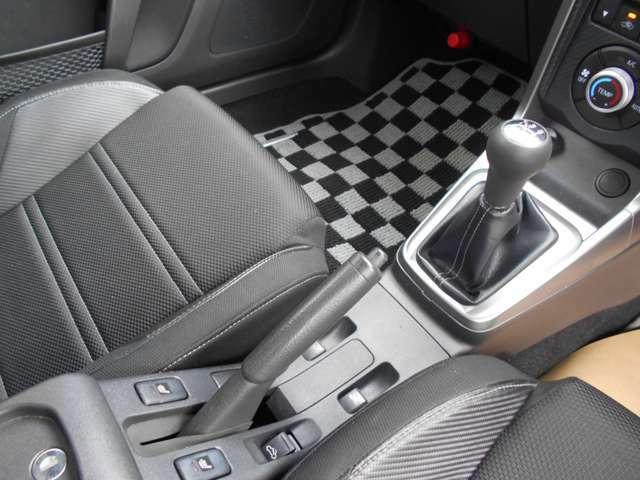 スポーツカーを思わせるシフトレバーとサイドブレーキ、シート位置とベストな配置です。