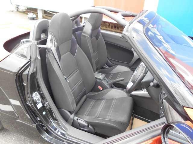 しっかり体をホールドしてくれる運転席・助手席シートです。