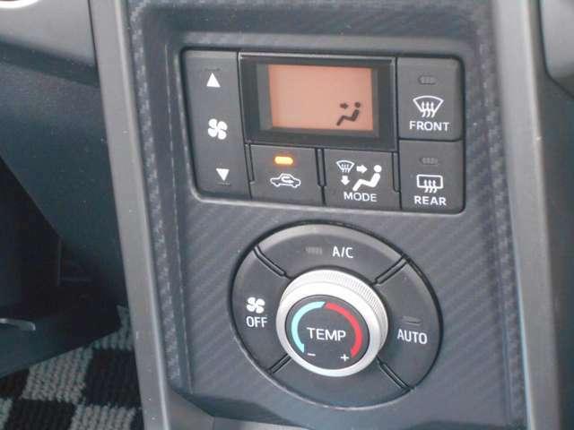 シンプルで簡単操作のオートエアコンで快適温度設定、夜でもわかりやすく、タッチパネルで操作も簡単です。