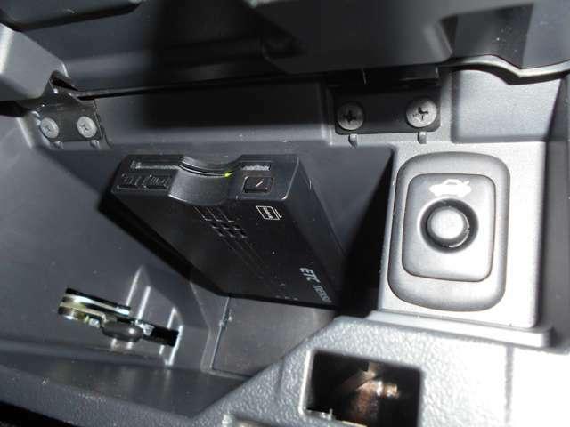 センターコンソールには、トランクオープナーとETCも付いてます。特にコペンでしたら、付いてた方が楽です。