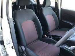 運転席シートです。ニスモの赤色が映えます。室内は大変キレイです。