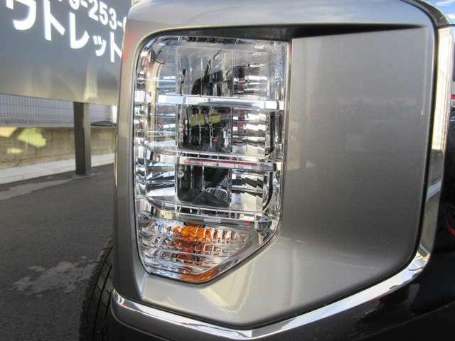 ヘッドライトはLEDランプを採用。夜間走行が安心の明るさです。