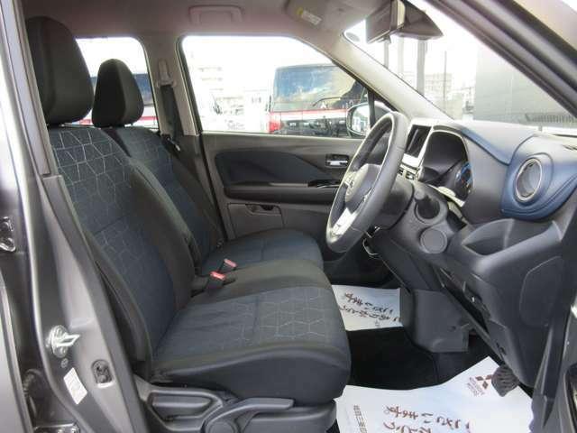 運転席・助手席のシートバックで、胸部と骨盤の重さを支えて負担を軽減する形状とすることで、長時間運転の疲労を軽減します。レバーでシート高さを調節できる運転席ハイトアジャスターも装備。