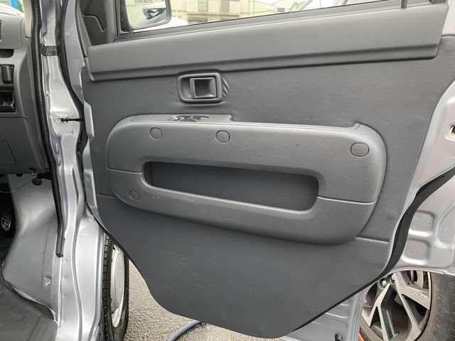 運転席内張はこんな感じです