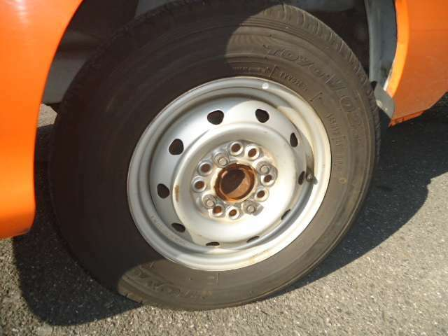 社外ホイールです。タイヤの山は2020年製2本2019年製2本ですのでまだまだ使えると思います。