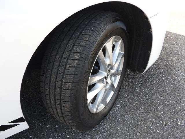 スポーティーな純正16インチアルミ付き、タイヤの溝たっぷり残ってます。