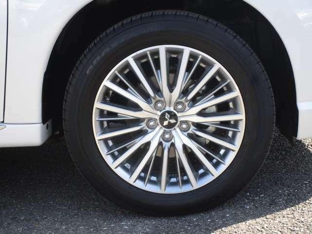 タイヤサイズは、225/55R18 純正アルミホイール付き