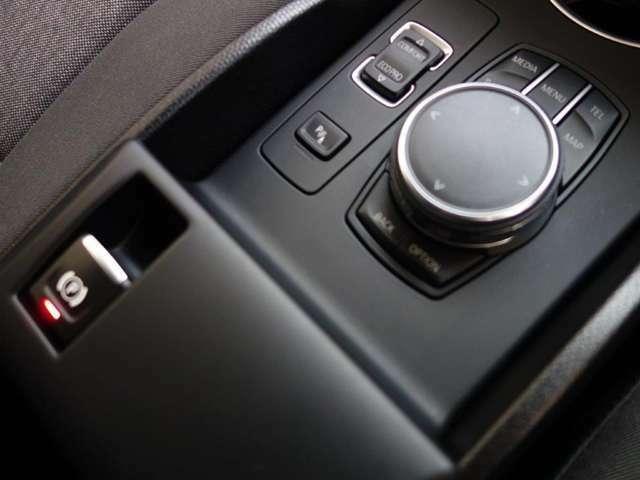 I ドライブコントローラー、モニターの操作はこのコントローラーで行いナビやラジオ、車両状況の把握や点検時期の把握までいろいろなことができます。