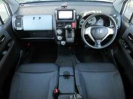 内装はブラックを基調としたシックで落ち着いた雰囲気の車内になっております♪パネル類にも目立つキズや汚れ等も無くとてもキレイな状態です♪ベンチシート&インパネシフトで足元広々♪