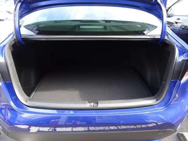 セダンならではのトランクスペース。3BOXタイプのお車は静粛性や安全性に優れています。