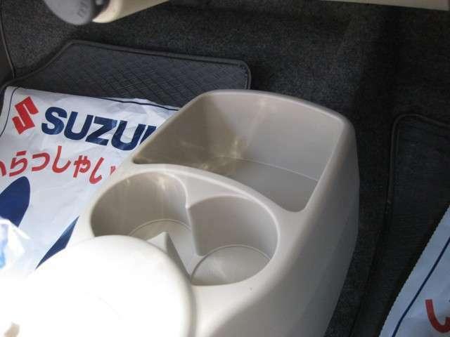 運転席と助手席の間の足元にドリンクホルダーや収納ポケットがあります!