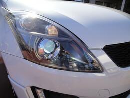 従来のヘッドライトより消費電力を抑え、明度も2倍、光の照射範囲も広くイイこと尽くしです☆白い発光色が特徴的です♪