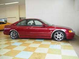 外装色はボルドーレッド・パール。16インチELITE ユーロシックス メッキフェンダートリム XYZ車高調 ワンオフマフラー サンルーフ