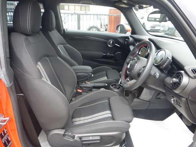 スポーツシート(運転席&助手席)は、サイドサポート付シートバックによって、乗員をしっかりホールドします。