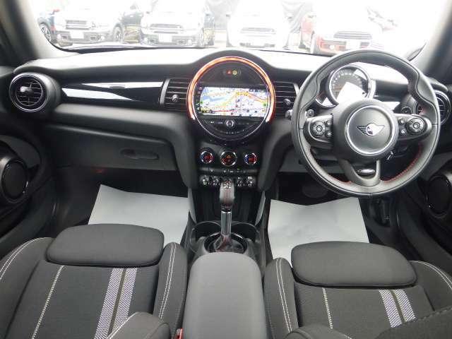 MINIの内装はとにかく『円』に拘ったデザインコンセプトが一目で伝わってきます。これほど円形に拘った車は他に御座いません。伝統のデザイン、トグルスイッチなど遊び心のある内装です。
