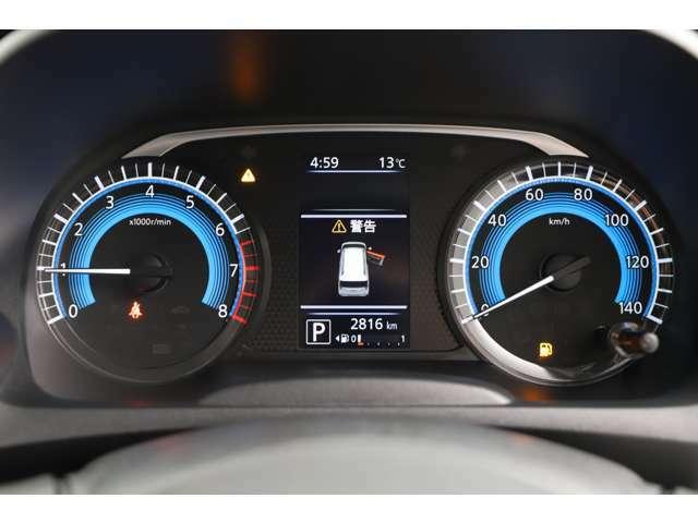 カラーメーターな為夜間でも視認性が上がります!中央ディスプレイでは車両情報が確認・設定が可能となっているためとても使いやすいです!