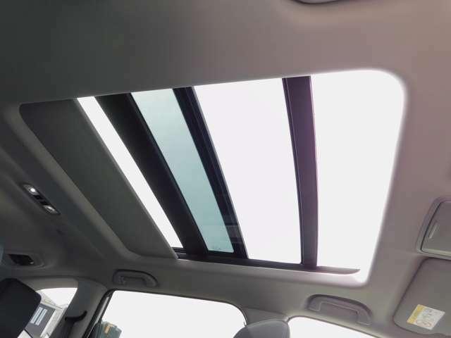 電動パノラミックサンルーフ・シェードを電動でスライドさせると広大なサンルーフが出現。ガラス部はさらに電動で開閉でき散るとアップ機構も備えています