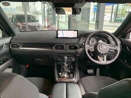 運転席からはインパネが左右対称なので安定感・安心感を感じられ、3眼メーター・センターディスプレイなどはドライバーに傾けられています。また視覚的なノイズを大幅に削減。一度お座り下さい。