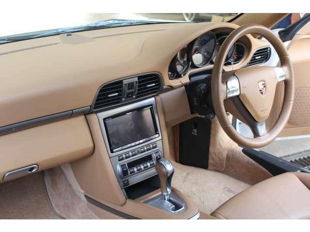 内装はベージュレザーシート、新車時メーカーオプションのシートヒーター、メモリー付パワーシート、パナソニックHDDナビ&地デジTV、バックカメラ、ETC、ドラレコ付です。禁煙車でとても綺麗な状態です。