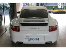 ボディーカラーはキャララホワイトです。997カレラ4迫力のワイドボディーとなります。バックカメラ付きです。詳しくは弊社ホームページをご覧ください。http://www.sunshine-m.co.jp
