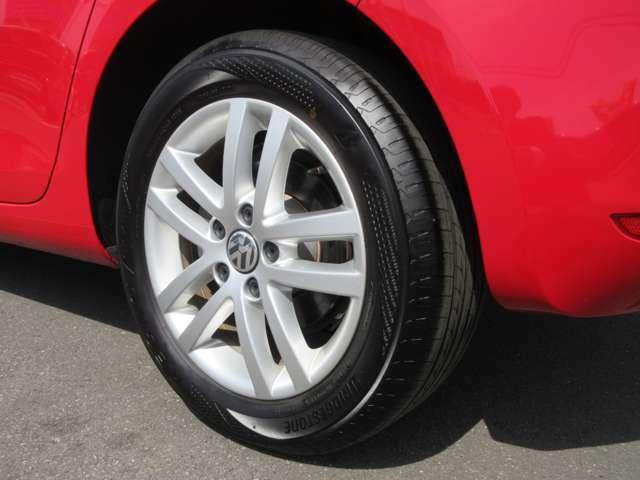左リヤ純正16インチアルミホイールと205/55/R16タイヤの画像です。