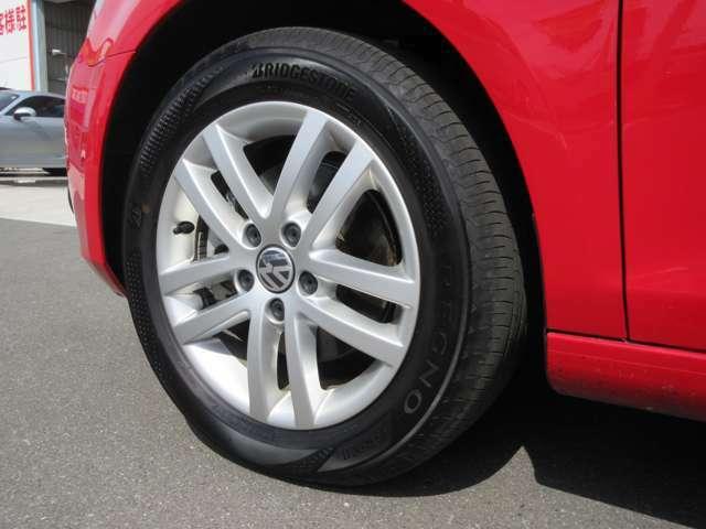 左フロント純正16インチアルミホイールと205/55/R16タイヤの画像です。