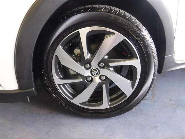 185/60R16サイズのタイヤを装着しています。トヨタ純正アルミホイールがボディ-デザインと融合します。