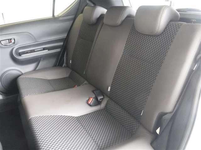 後席空間もしっかり確保。分割可倒式シートを採用しています。素材の確かさと心地いいフィット感が伝わってくるシートです。