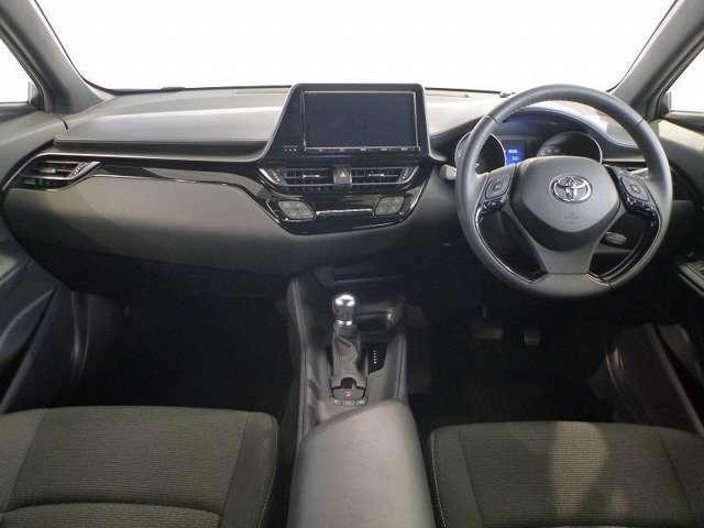 室内のデザインはドライバーを向かえ入れるような雰囲気、同時に運転に集中できる空間を演出しています。
