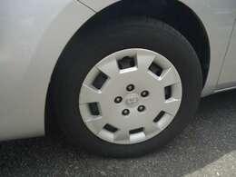 純正ホイールカバーです。タイヤの山はまだまだ使えると思います。