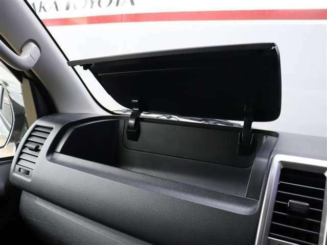 助手席側の蓋付き小物入れです。ついつい、車内に貯めがちの物も小物入れがあれば綺麗に収納できますが、詰め過ぎにはご注意して下さいね~m(__)m