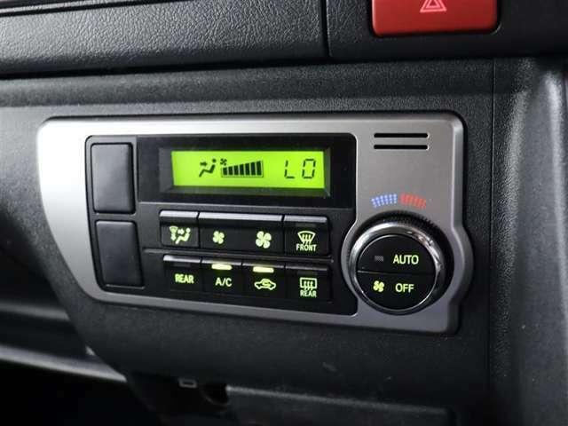 オートエアコン付きなので一度、温度を設定すれば自動的に過ごし易い温度に調整してくれますよ。車内をいつでも快適空間にしてくれます。
