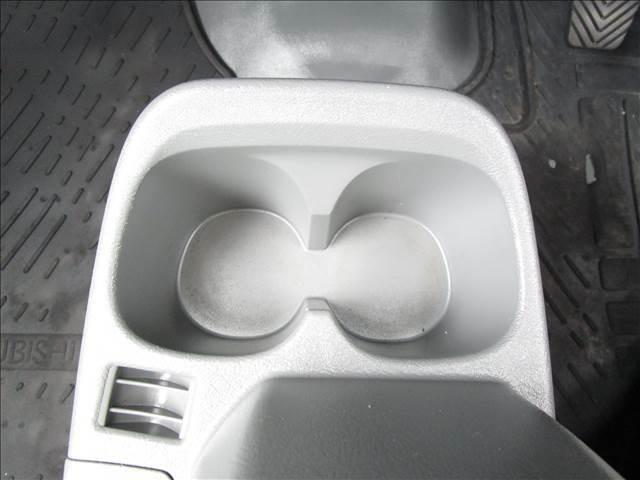 シフトレバーの前にはカップホルダーがあります。