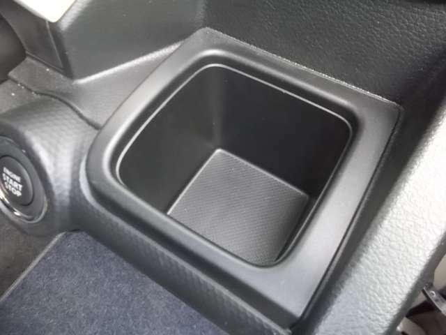 運転席ドリンクホルダー☆四角の形で500mlの紙パックドリンクも入れることができますよ☆
