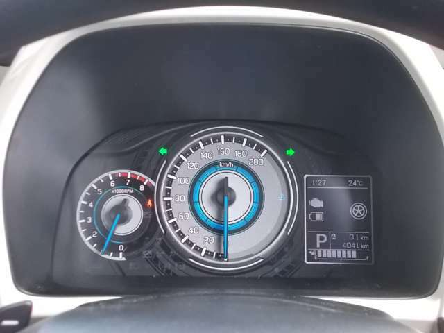 自発光メーター☆光が差し込むとメーター内にクロスビーのイラストが現れる仕掛けがありますよ☆3.5インチの大型マルチインフォメーションディスプレイには平均燃費や航続可能距離などの情報を表示できます☆