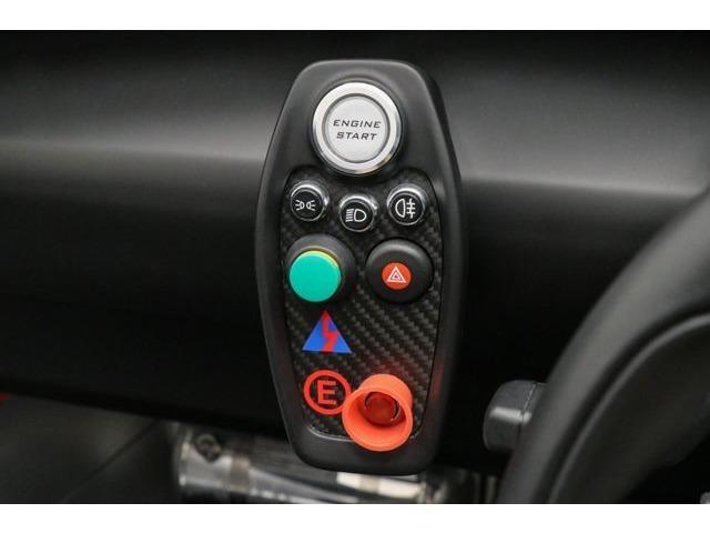 必要最小限にまとめられたスイッチ。エンジンスタートボタンやバッテリーキルスイッチ、ライトハザードの必要最小限のものです。