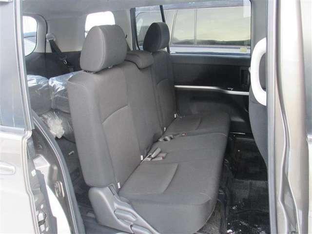 後席もゆったり♪足元も広々。乗車している人皆様が快適に感じて頂ける車です♪シートからマットまで隅々まで洗浄・除菌を行っております。